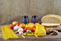 Ψωμί και συστατικά στον πίνακα Στοκ φωτογραφία με δικαίωμα ελεύθερης χρήσης