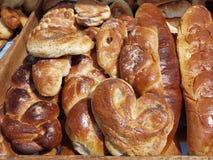 ψωμί και ψωμί σε έναν δίσκο Στοκ φωτογραφία με δικαίωμα ελεύθερης χρήσης