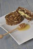 Ψωμί καρυδιών τροφίμων με το τυρί Στοκ Εικόνες