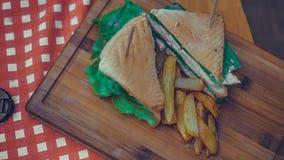 Ψωμί κοτόπουλου με τις τηγανιτές πατάτες στοκ εικόνα