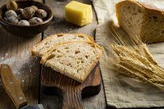 Ψωμί μαγιάς, αυγά ορτυκιών στον κατασκευασμένο ξύλινο πίνακα στοκ φωτογραφία με δικαίωμα ελεύθερης χρήσης