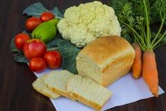 Ψωμί με τα λαχανικά στον πίνακα Στοκ Εικόνες