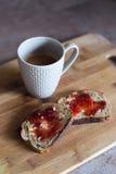 Ψωμί με τη βουτύρου και σπιτική μαρμελάδα στο ξύλινο πιάτο, κινηματογράφηση σε πρώτο πλάνο Στοκ Εικόνες
