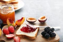 Ψωμί με τη μαρμελάδα φραουλών στοκ εικόνες