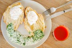 Ψωμί με τη σάλτσα και το χυμό στοκ φωτογραφία