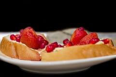 Ψωμί με τη φράουλα και το ρόδι Στοκ Εικόνες
