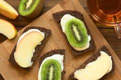 Ψωμί με τις φέτες τυριών και φρούτων κρέμας Στοκ φωτογραφία με δικαίωμα ελεύθερης χρήσης