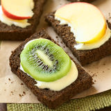 Ψωμί με τις φέτες τυριών και φρούτων κρέμας Στοκ εικόνα με δικαίωμα ελεύθερης χρήσης