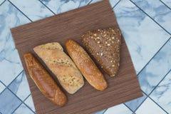 Ψωμί με τους σπόρους ηλίανθων και τους σπόρους σουσαμιού στην ψάθινη πετσέτα Στοκ Φωτογραφίες