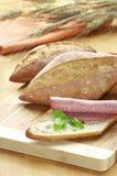 Ψωμί με το σαλάμι και το βασιλικό στοκ εικόνες