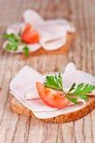 Ψωμί με το τεμαχισμένο ζαμπόν, τις φρέσκους ντομάτες και το μαϊντανό Στοκ φωτογραφία με δικαίωμα ελεύθερης χρήσης