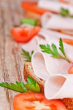 Ψωμί με το τεμαχισμένο ζαμπόν, τις φρέσκους ντομάτες και το μαϊντανό Στοκ εικόνα με δικαίωμα ελεύθερης χρήσης