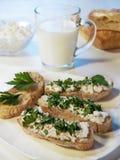 Ψωμί με το τυρί και τα χορτάρια εξοχικών σπιτιών Στοκ Εικόνες