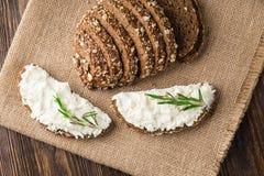 Ψωμί με το τυρί κρέμας και χορτάρια για το υγιές πρόγευμα στοκ εικόνες