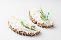 Ψωμί με το τυρί κρέμας που απομονώνεται στο άσπρο υπόβαθρο στοκ φωτογραφίες με δικαίωμα ελεύθερης χρήσης
