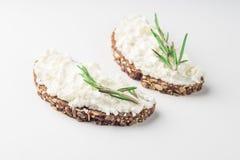 Ψωμί με το τυρί κρέμας που απομονώνεται στο άσπρο υπόβαθρο στοκ εικόνα