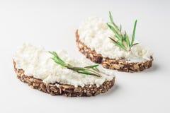 Ψωμί με το τυρί κρέμας που απομονώνεται στο άσπρο υπόβαθρο στοκ εικόνα με δικαίωμα ελεύθερης χρήσης