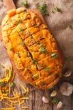 Ψωμί με το τυρί τυριού Cheddar, το σκόρδο και την κινηματογράφηση σε πρώτο πλάνο χορταριών Κατακόρυφος Στοκ φωτογραφία με δικαίωμα ελεύθερης χρήσης