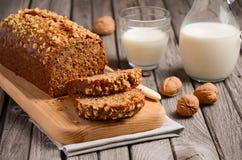Ψωμί μπανανών με τα ξύλα καρυδιάς Στοκ φωτογραφία με δικαίωμα ελεύθερης χρήσης