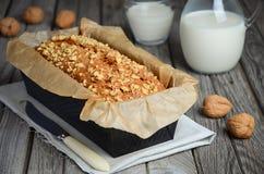 Ψωμί μπανανών με τα ξύλα καρυδιάς Στοκ εικόνα με δικαίωμα ελεύθερης χρήσης