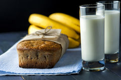Ψωμί μπανανών, ποτήρια του γάλακτος burlap στην πετσέτα Στοκ Εικόνες