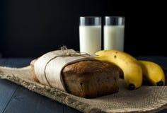 Ψωμί μπανανών, ποτήρια του γάλακτος burlap στην πετσέτα Στοκ φωτογραφίες με δικαίωμα ελεύθερης χρήσης