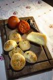 Ψωμί, ντομάτες και χειροποίητο τυρί στο σκοτεινό ξύλινο πίνακα στοκ εικόνες με δικαίωμα ελεύθερης χρήσης