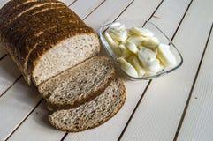 Ψωμί πίτουρου και εκτός από τις μαύρες ελιές, το τυρί, το ομορφότερο τυρί προγευμάτων και τις μαύρες ελιές Στο διαφορετικό ψωμί ε Στοκ φωτογραφίες με δικαίωμα ελεύθερης χρήσης