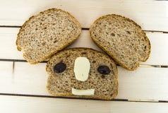 Ψωμί πίτουρου και εκτός από τις μαύρες ελιές, το τυρί, το ομορφότερο τυρί προγευμάτων και τις μαύρες ελιές Στο διαφορετικό ψωμί ε Στοκ Εικόνες