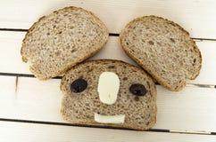 Ψωμί πίτουρου και εκτός από τις μαύρες ελιές, το τυρί, το ομορφότερο τυρί προγευμάτων και τις μαύρες ελιές Στο διαφορετικό ψωμί ε Στοκ εικόνα με δικαίωμα ελεύθερης χρήσης