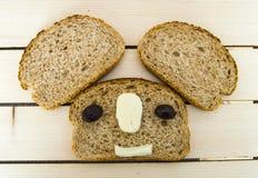 Ψωμί πίτουρου και εκτός από τις μαύρες ελιές, το τυρί, το ομορφότερο τυρί προγευμάτων και τις μαύρες ελιές Στο διαφορετικό ψωμί ε Στοκ Φωτογραφία
