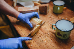 Ψωμί περικοπών μαγείρων Στοκ φωτογραφίες με δικαίωμα ελεύθερης χρήσης