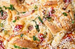 Ψωμί πιτσών με τα κρεμμύδια και το ζαμπόν σουσαμιού Στοκ φωτογραφία με δικαίωμα ελεύθερης χρήσης