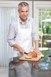 ψωμί ποδιών που κόβει το γ&kapp Στοκ εικόνα με δικαίωμα ελεύθερης χρήσης
