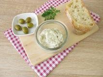 Ψωμί που διαδίδεται των πράσινων ελιών και του τυριού κρέμας Στοκ εικόνες με δικαίωμα ελεύθερης χρήσης