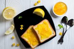 Ψωμί που λερώνεται με την πορτοκαλιά μαρμελάδα Στοκ φωτογραφία με δικαίωμα ελεύθερης χρήσης