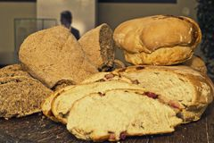 Ψωμί που τεμαχίζεται στον πίνακα στοκ φωτογραφία με δικαίωμα ελεύθερης χρήσης