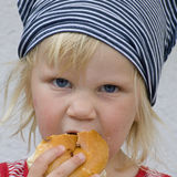 ψωμί που τρώει το μικρό παι&delta Στοκ φωτογραφία με δικαίωμα ελεύθερης χρήσης