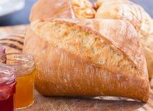 Ψωμί-ρόλος με τα βάζα της μαρμελάδας Στοκ εικόνες με δικαίωμα ελεύθερης χρήσης