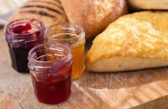 Ψωμί-ρόλος με τα βάζα της μαρμελάδας Στοκ φωτογραφία με δικαίωμα ελεύθερης χρήσης