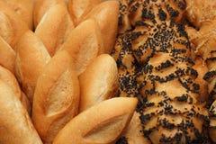 Ψωμί ρόλων με τους σπόρους σουσαμιού και παπαρουνών σε ένα εστιατόριο Στοκ Εικόνες