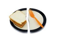 Ψωμί σάντουιτς και ένα δίκρανο σε ένα σπασμένο πιάτο για την έννοια διατροφής Στοκ εικόνα με δικαίωμα ελεύθερης χρήσης