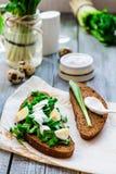 Ψωμί σίκαλης με το άγριο σκόρδο, την ξινά κρέμα και τα αυγά ορτυκιών Στοκ φωτογραφία με δικαίωμα ελεύθερης χρήσης