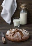 Ψωμί σίκαλης με το γάλα στο ξύλινο υπόβαθρο Στοκ Εικόνα