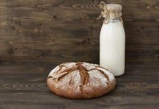 Ψωμί σίκαλης με το γάλα στο ξύλινο υπόβαθρο Στοκ φωτογραφίες με δικαίωμα ελεύθερης χρήσης