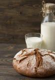 Ψωμί σίκαλης με το γάλα στο ξύλινο υπόβαθρο Στοκ εικόνες με δικαίωμα ελεύθερης χρήσης
