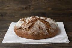 Ψωμί σίκαλης στο ξύλινο υπόβαθρο Στοκ εικόνες με δικαίωμα ελεύθερης χρήσης