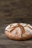 Ψωμί σίκαλης στο ξύλινο υπόβαθρο Στοκ φωτογραφία με δικαίωμα ελεύθερης χρήσης