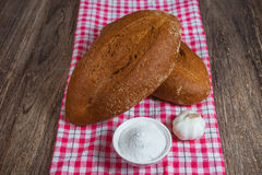 Ψωμί σίκαλης στο ύφασμα διακοπών Στοκ Εικόνες