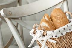 Ψωμί σε ένα ψάθινο καλάθι Στοκ φωτογραφία με δικαίωμα ελεύθερης χρήσης